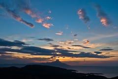 Grekisk kust av det aegean havet på soluppgång nära det heliga berget Athos Arkivfoton