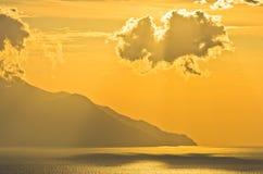 Grekisk kust av det aegean havet på soluppgång nära det heliga berget Athos Arkivfoto