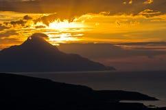 Grekisk kust av det aegean havet på soluppgång nära det heliga berget Athos Royaltyfri Fotografi