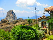 Grekisk kyrka i Meteora Arkivfoton