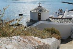 Grekisk kyrka ovanför havet Royaltyfri Fotografi