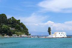 Grekisk kyrka på havet Royaltyfri Foto