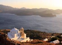 Grekisk kyrka på solnedgången på Milosön Royaltyfria Bilder