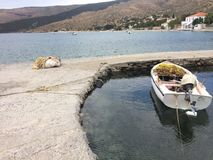 Grekisk liten port med fartyget Arkivbild