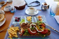 Grekisk lunch med tonfisksmörgåsen arkivfoto