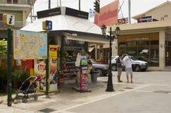 Grekisk periptera eller kiosk för gatahörn Royaltyfri Bild
