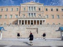 Grekisk presidents- vakt, Evzones som framme ståtar av den grekiska parlamentet på Syntagmafyrkant Arkivbilder