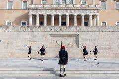 Grekisk presidents- vakt, Evzones som framme ståtar av den grekiska parlamentet på Syntagmafyrkant Fotografering för Bildbyråer