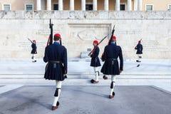 Grekisk presidents- vakt, Evzones som framme ståtar av den grekiska parlamentet på Syntagmafyrkant Arkivfoton