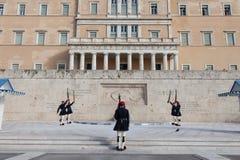 Grekisk presidents- vakt, Evzones som framme ståtar av den grekiska parlamentet på Syntagmafyrkant Royaltyfri Bild