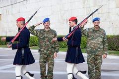 Grekisk presidents- vakt, Evzones som framme ståtar av den grekiska parlamentet på Syntagmafyrkant Royaltyfria Bilder