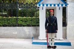 Grekisk presidents- vakt, Evzones som framme ståtar av den grekiska presidentpalatset Royaltyfri Foto