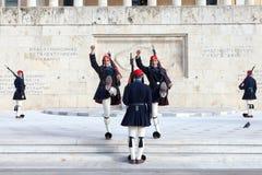 Grekisk presidents- vakt, Evzones som framme ståtar av den grekiska presidentpalatset Arkivbilder
