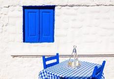 Grekisk restaurang med den blåa bordduken, Grekland Royaltyfria Bilder