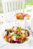 grekisk sallad Sallad för ny grönsak med tomat-, lök-, gurka-, peppar-, oliv-, grönsallat- och fetaost grekisk plattasallad Royaltyfri Bild