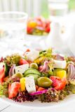 grekisk sallad Sallad för ny grönsak med tomat-, lök-, gurka-, peppar-, oliv-, grönsallat- och fetaost grekisk plattasallad Royaltyfri Fotografi