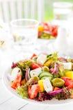 grekisk sallad Sallad för ny grönsak med tomat-, lök-, gurka-, peppar-, oliv-, grönsallat- och fetaost grekisk plattasallad Fotografering för Bildbyråer