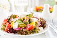 grekisk sallad Sallad för ny grönsak med tomat-, lök-, gurka-, peppar-, oliv-, grönsallat- och fetaost grekisk plattasallad Arkivbild