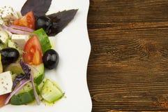 Grekisk sallad i den vita plattan Fotografering för Bildbyråer