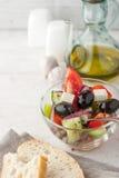 Grekisk sallad med bröd på viten skrapade tabelllodlinje Royaltyfri Foto