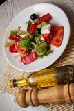 Grekisk sallad med getost och olivolja Royaltyfri Bild