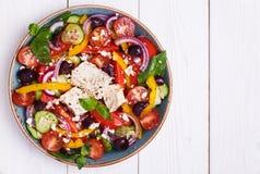 Grekisk sallad med nya grönsaker, fetaost, svarta oliv Arkivbilder