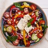 Grekisk sallad med nya grönsaker, fetaost, svarta oliv Royaltyfria Foton