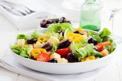 Grekisk sallad med ost och oliv Arkivfoto