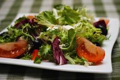 Grekisk sallad på en gaffel Fotografering för Bildbyråer