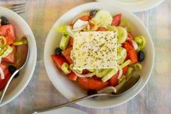 Grekisk sallad på tabellen i den grekiska restaurangen Arkivfoto