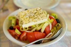 Grekisk sallad på tabellen i den grekiska restaurangen Royaltyfri Fotografi