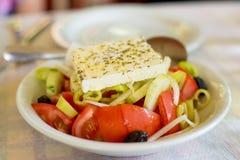 Grekisk sallad på tabellen i den grekiska restaurangen Royaltyfri Bild
