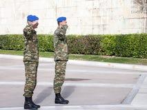 Grekisk solider som saluterar den grekiska presidents- vakten som är främst av den grekiska parlamentet på Syntagmafyrkant Arkivfoto