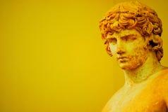 Grekisk staty av den unga mannen Royaltyfria Bilder