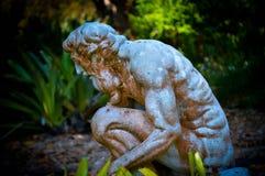 Grekisk staty i trädgård på skymning Royaltyfri Bild