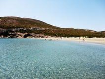 Grekisk strand i den Despotiko ön, Grekland Royaltyfri Foto