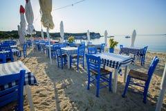 Grekisk taverna på stranden Royaltyfri Foto