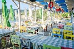 Grekisk taverna på stranden Royaltyfri Fotografi