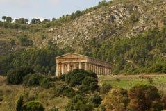 Grekisk tempel i den forntida staden av Segesta, Sicilien Fotografering för Bildbyråer