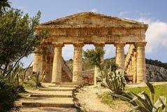 Grekisk tempel i den forntida staden av Segesta, Sicilien Royaltyfri Bild