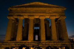Grekisk tempelfronton under solnedgång i Agrigento, Sicilien arkivbild