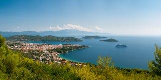Grekisk town i en fjärd Fotografering för Bildbyråer