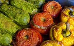 Grekisk traditionell mat Gemista Välfyllda peppar, tomater, zucchini med ris, grönsaker och örter royaltyfria bilder