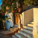 Grekisk trappuppgång med dörren Royaltyfria Foton