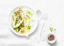 Grekisk yoghurt, avokado, quinoa, frukostbunke på vit bakgrund, bästa sikt banta sund mat royaltyfria foton