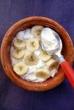 Grekisk yoghurt för frukost med bananen Arkivbild