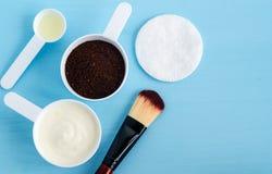 Grekisk yoghurt för gräddfil, jordkaffe och olivolja i små skopor Ingredienser för att förbereda diy maskeringar, skurar, fuktigh royaltyfri bild