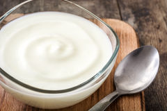Grekisk yoghurt i den glass bunken arkivfoton