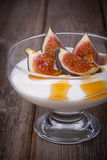 Grekisk yoghurt med fikonträd och honung arkivfoton