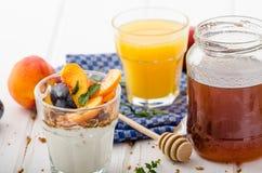 Grekisk yoghurt med ny frukt arkivfoton